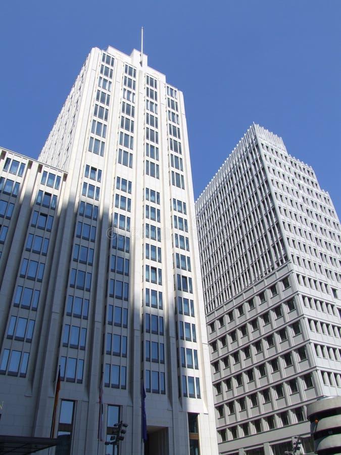 Edifícios brancos elevados imagem de stock