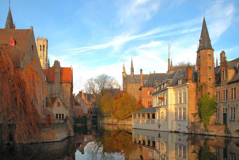 Edifícios coloridos no canal em Brugges, Bélgica fotografia de stock royalty free