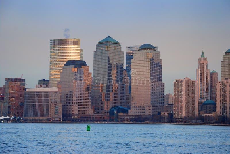 Edifícios da metrópole no crepúsculo foto de stock