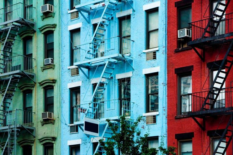 Edifícios de apartamento coloridos com escapes de incêndio fotografia de stock royalty free