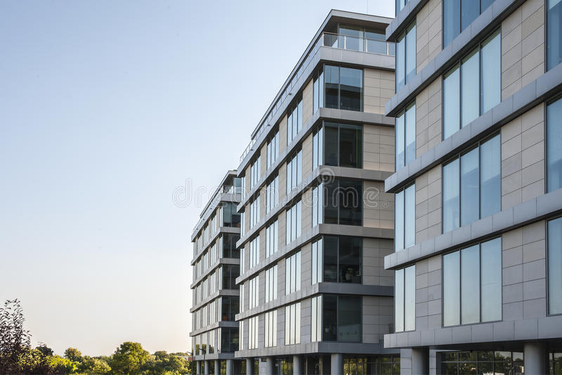 Edifícios de apartamento modernos fotos de stock