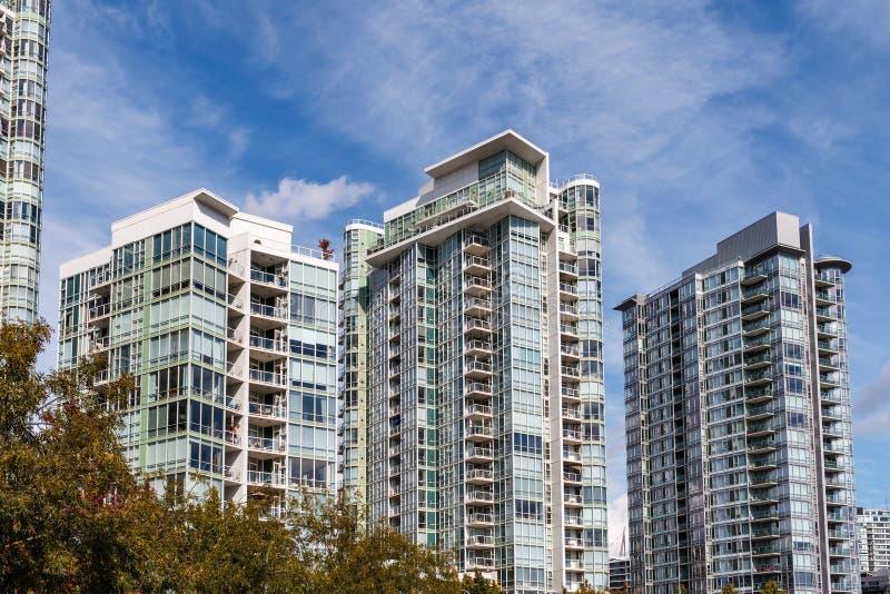 Edifícios de apartamento modernos imagem de stock royalty free