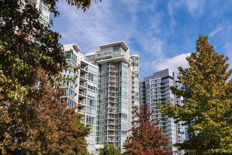 Edifícios de apartamento modernos imagens de stock royalty free