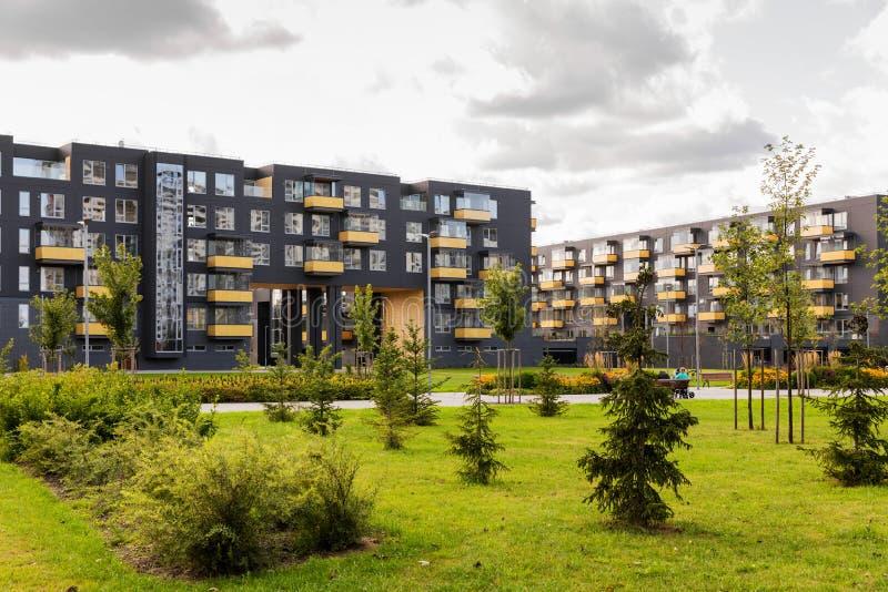 Edifícios de apartamento modernos fotos de stock royalty free