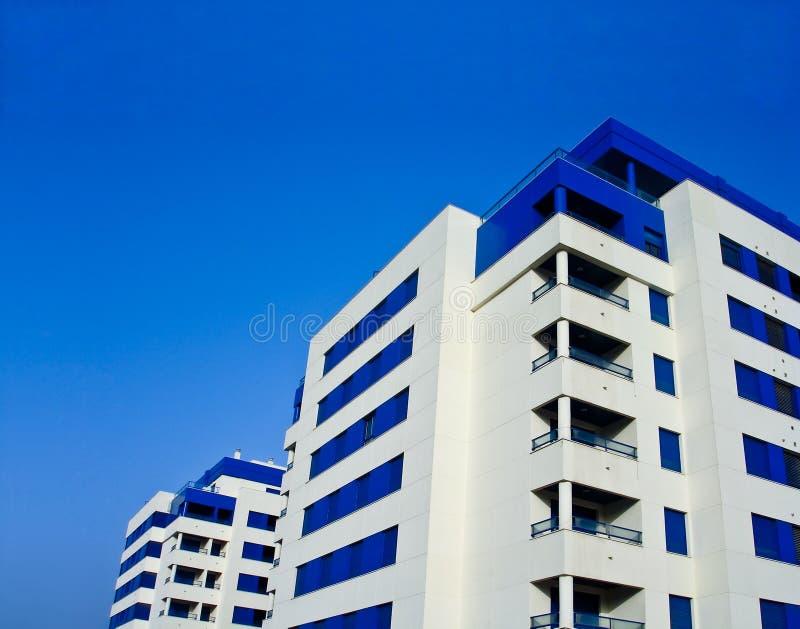Edifícios de apartamento modernos imagens de stock
