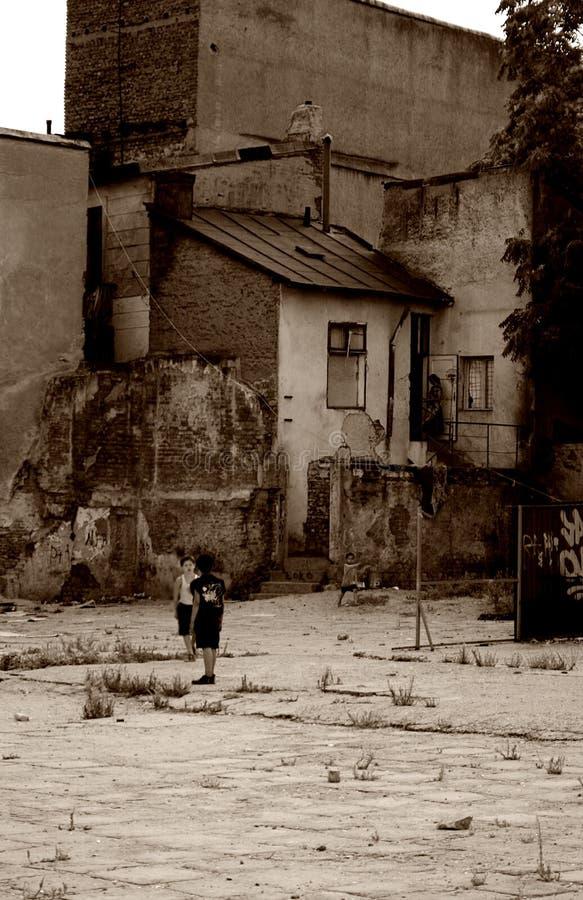 Edifícios e childre velhos da cidade imagens de stock