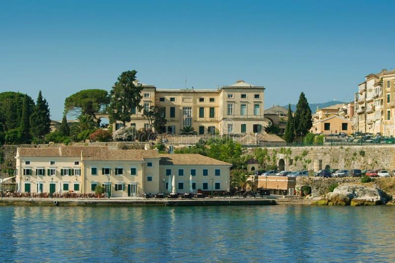 Edifícios gregos do porto fotos de stock