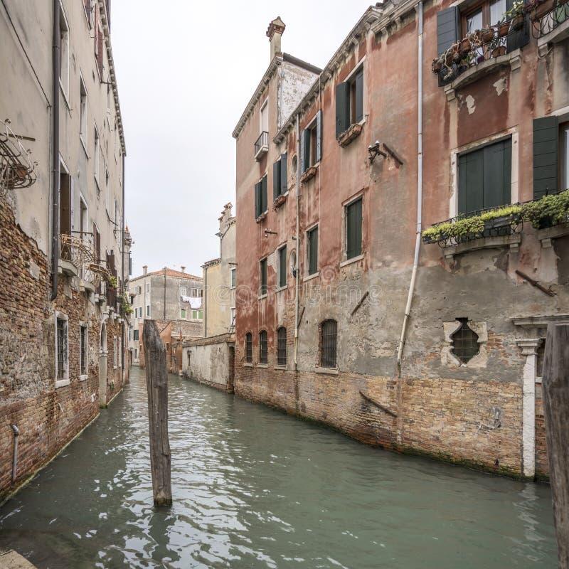 Edifícios históricos no canal estreito, Veneza, Itália foto de stock