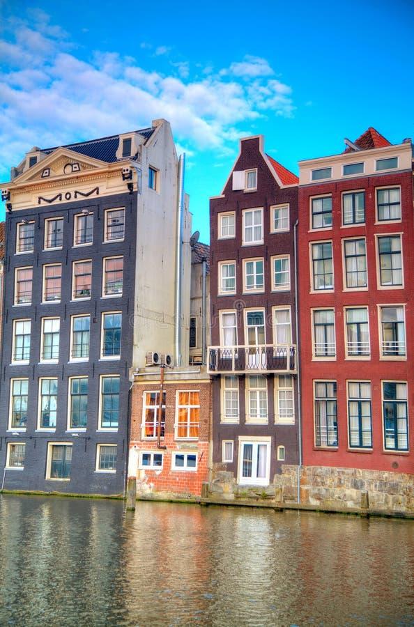 Edifícios holandeses tradicionais Canal em Amsterdão imagem de stock