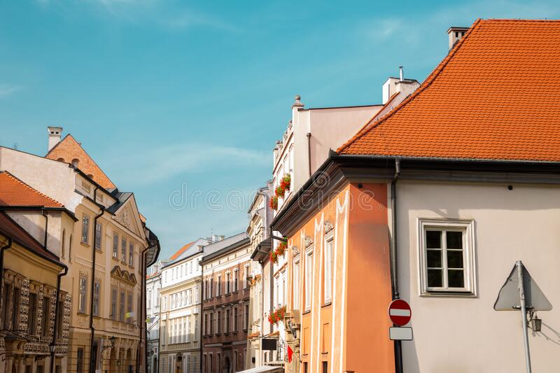 Edifícios medievais urbanos da cidade de Kanonicza, em Cracóvia, Polônia imagens de stock royalty free