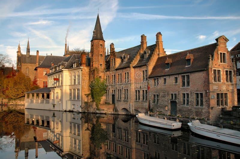 Edifícios no canal em Brugges, Bélgica fotos de stock