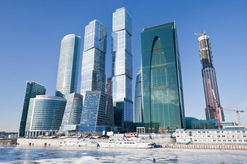Edifícios novos da cidade de Moscovo no inverno fotografia de stock royalty free