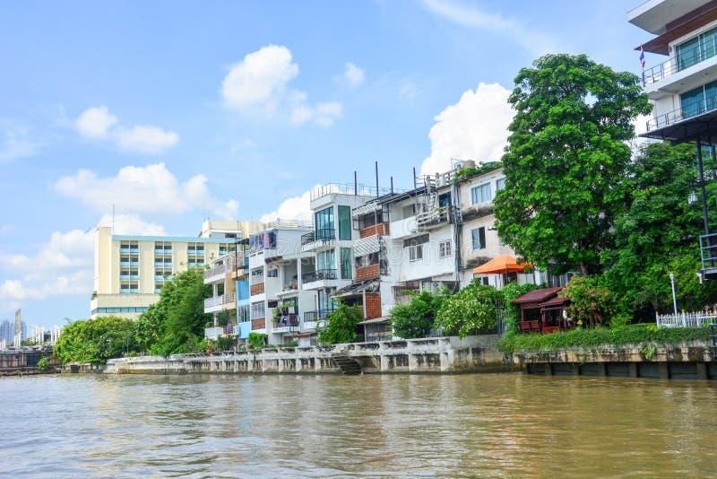 Edifícios residenciais em Riverside com fundo azul no rio Chao Phraya, Bangkok, Tailândia imagem de stock royalty free