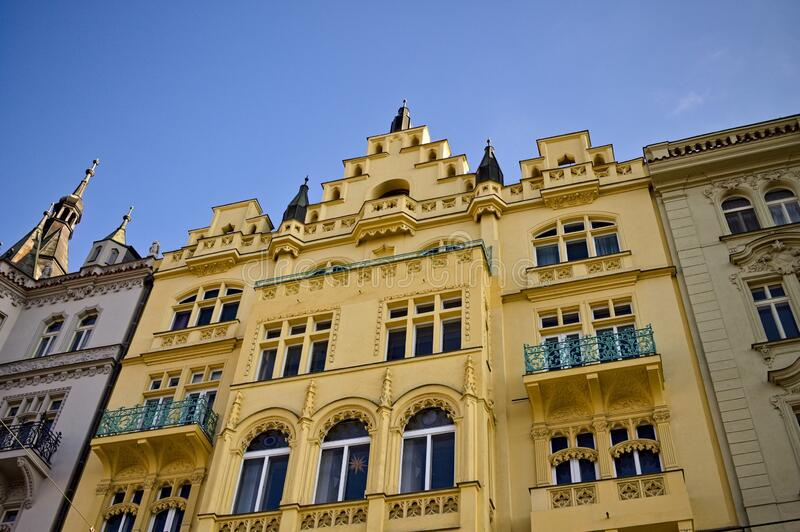 Edifícios tradicionais da Boêmia com fachadas decoradas Praga, República Checa imagens de stock royalty free