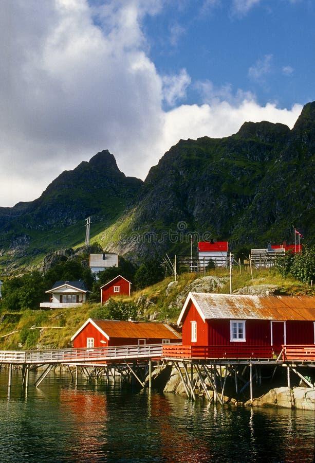 Edifícios vermelhos, consoles de Lofoten imagem de stock