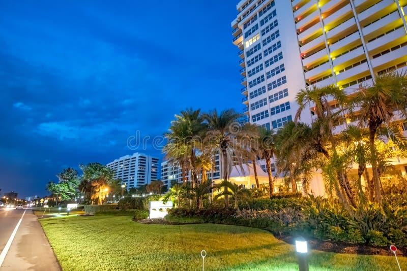 Edifici alla notte, Florida di Boca Raton fotografia stock libera da diritti