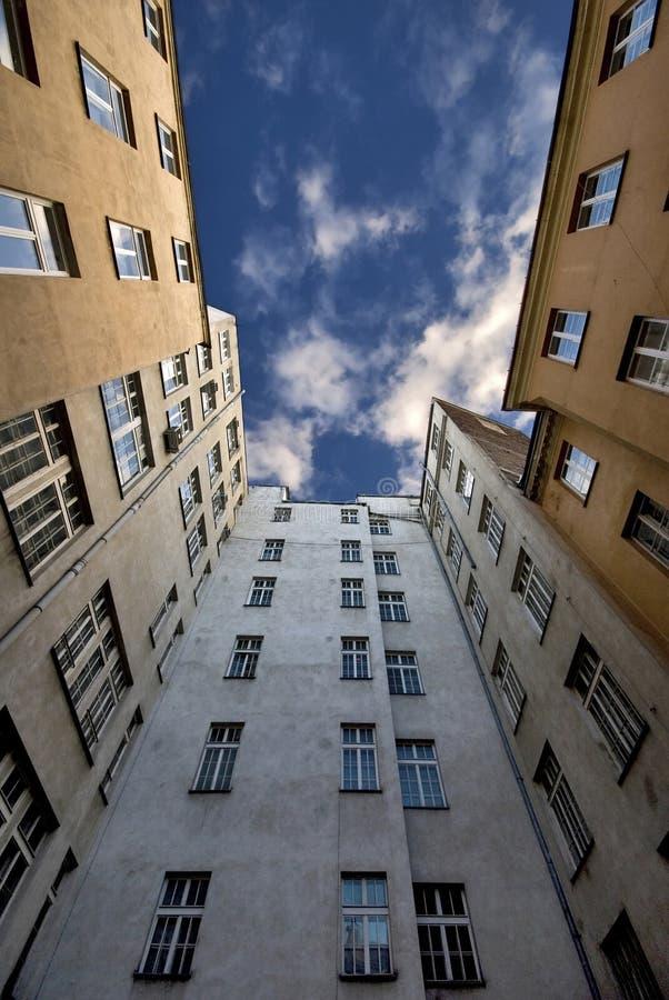 Edifici alti contro il cielo fotografato nella guerra fotografia stock libera da diritti