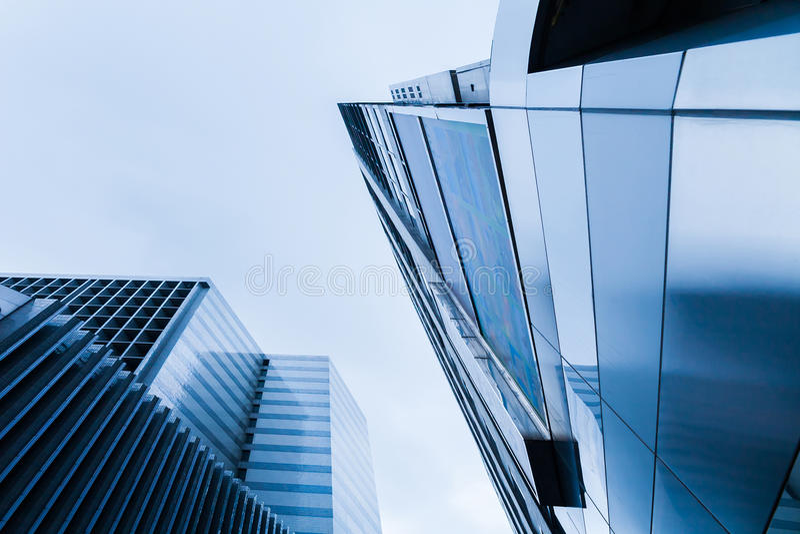 Edifici alti di calcestruzzo e di vetro fotografia stock