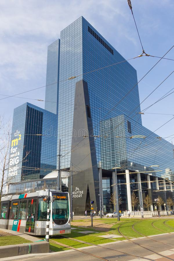 Edifici alti moderni nel centro della città di Rotterdam con il tram di RET in priorità alta immagini stock libere da diritti