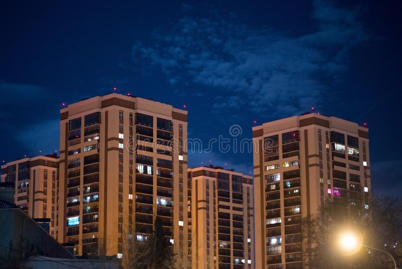 Edifici alti nella citt? di notte immagini stock libere da diritti
