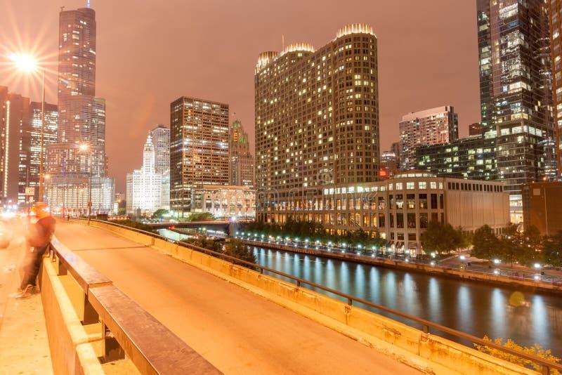 Edifici di Chicago, elevarsi illuminato nel cielo notturno scuro fotografia stock