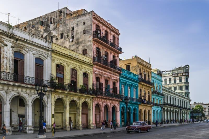 Edifici di Cuba sulla via principale in Havanna fotografia stock