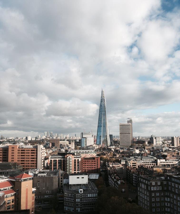 Edifici di Londra con il coccio fotografie stock libere da diritti