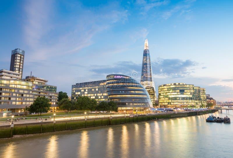 Edifici di Londra e riflessioni di Tamigi immagini stock