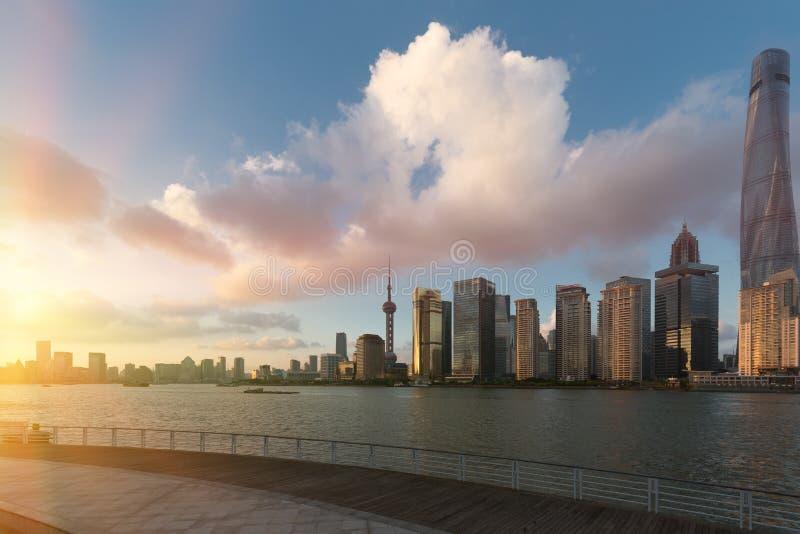 Edifici di Shanghai Pudong nell'orizzonte del sole di sera fotografie stock libere da diritti