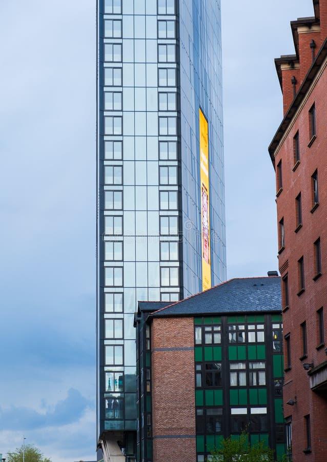 Edifici e nuova costruzione moderni alla prima via di Manchester Maggior Manchester sta avvertendo un boom dell'edilizia di nuovo immagini stock libere da diritti