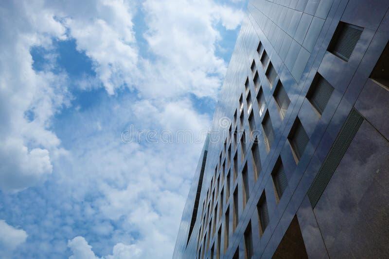 Edifici per uffici di palazzo multipiano nella buona posizione immagini stock libere da diritti