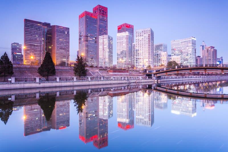 Edifici per uffici a Pechino del centro al tramonto tim fotografia stock libera da diritti