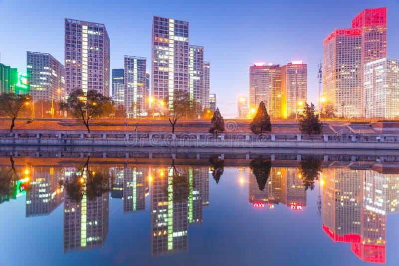 Edifici per uffici a Pechino del centro al tramonto tim immagini stock