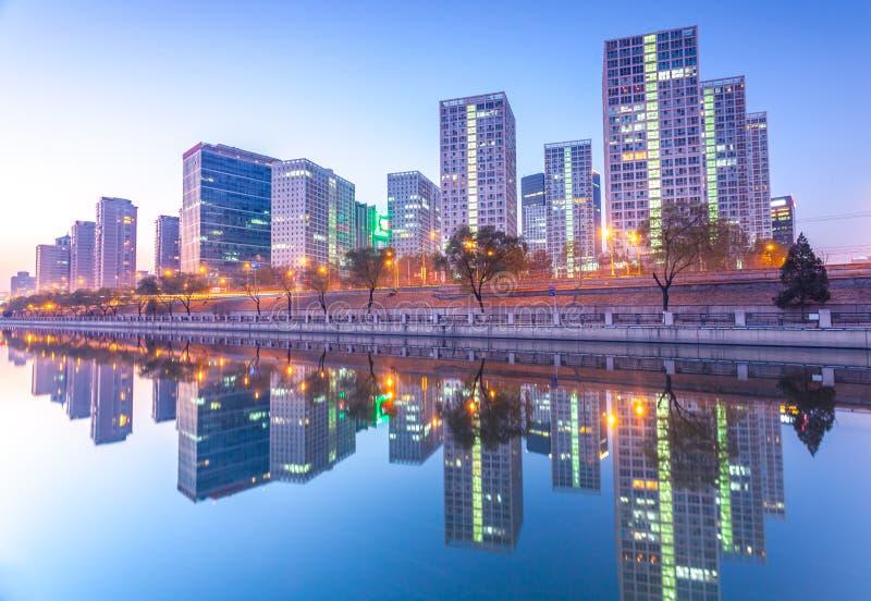 Edifici per uffici a Pechino del centro al tramonto tim fotografie stock