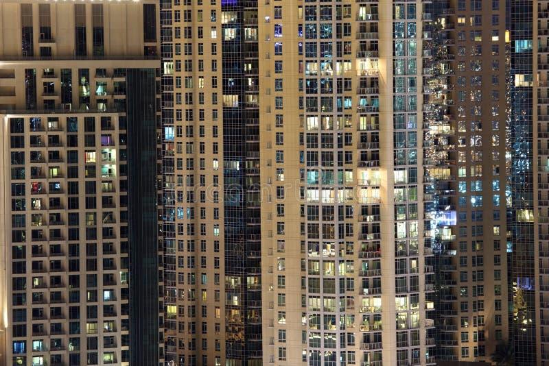 Edifici residenziali del Highrise nella città immagini stock