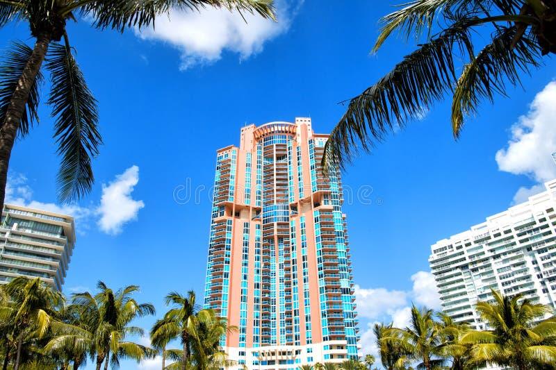 Edifici residenziali, hotel o case della spiaggia del sud di Miami alti immagine stock libera da diritti
