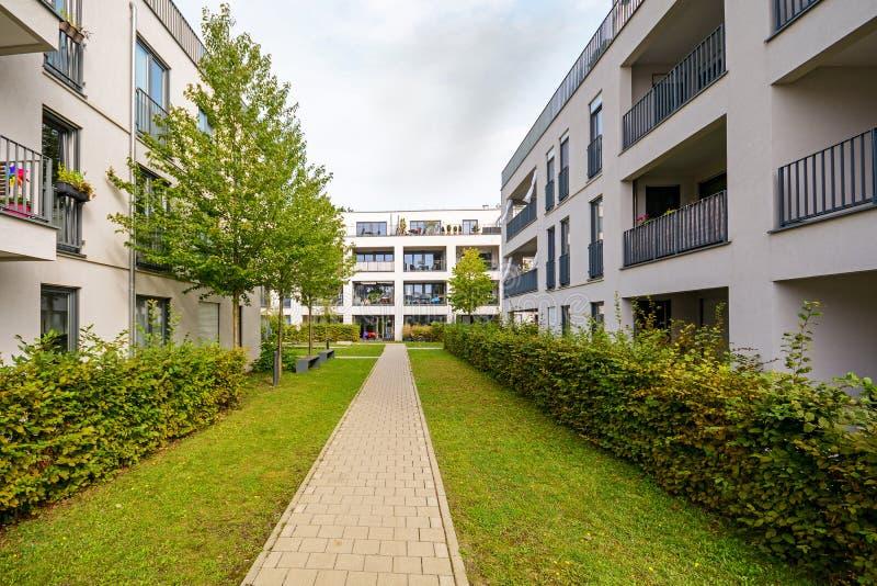 Edifici residenziali moderni, appartamenti in nuovo alloggio urbano fotografia stock