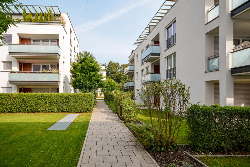 Edifici residenziali moderni, appartamenti in un nuovo alloggio urbano fotografia stock libera da diritti