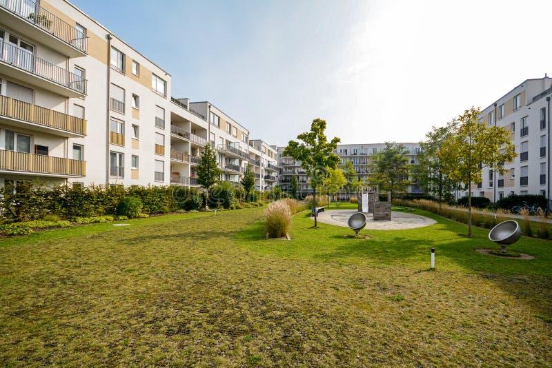 Edifici residenziali moderni, appartamenti in un nuovo alloggio urbano fotografia stock