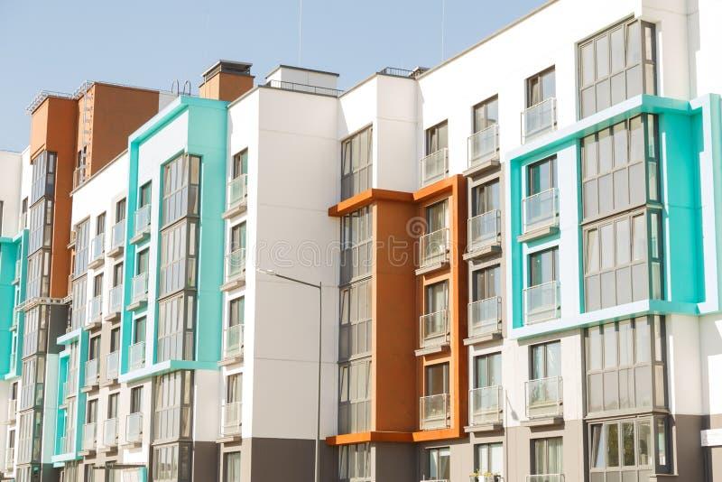 Edifici residenziali moderni con le facilità all'aperto, facciata di nuove case a bassa energia fotografia stock