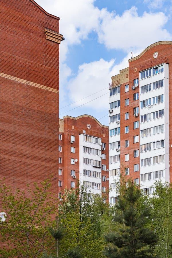 Edifici residenziali moderni nella città provinciale della Russia Tula, Russia fotografia stock libera da diritti