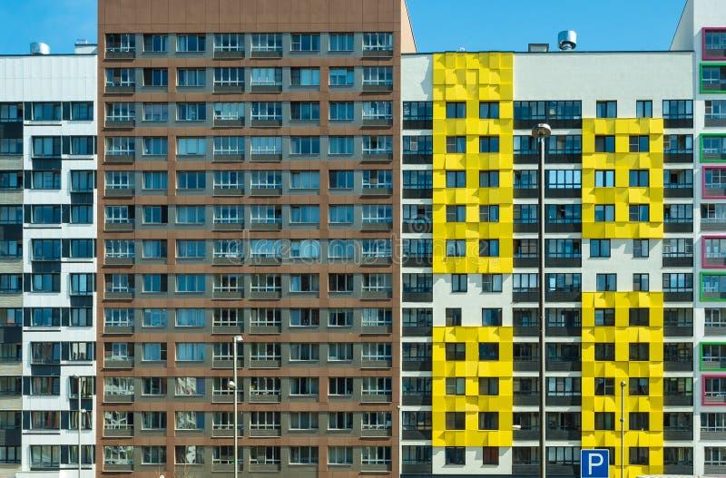 Edifici residenziali moderni tipici di Mosca Affitto o vendita del bene immobile immagini stock libere da diritti