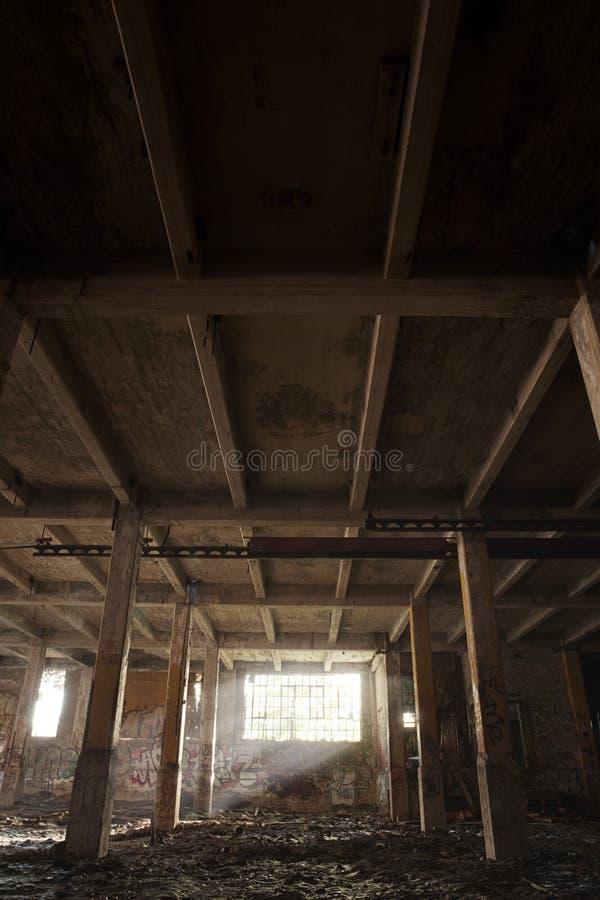 Edificio abandonado con la luz que viene por la ventana fotos de archivo libres de regalías