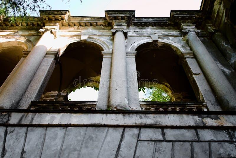 Edificio abandonado con las columnas y las ventanas arqueadas fotografía de archivo libre de regalías