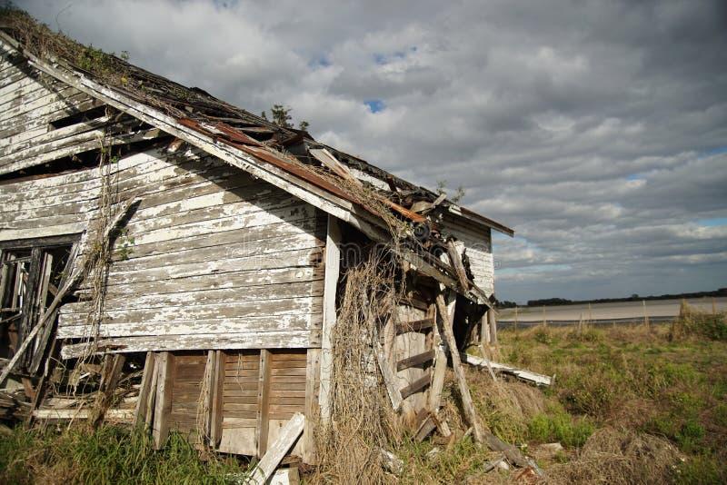 Edificio abandonado con los cielos nublados imagenes de archivo