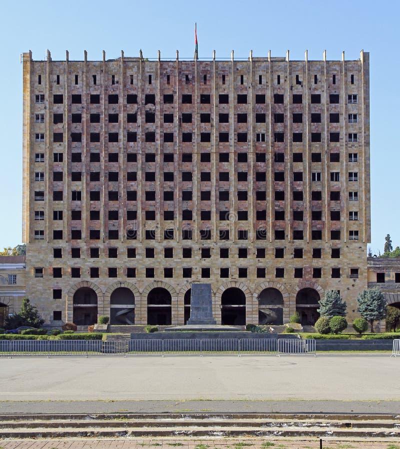Edificio abandonado del Consejo de Ministros en Sujumi fotos de archivo