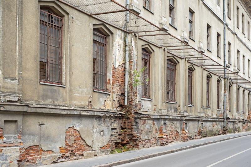 Edificio abandonado del grunge con con subido encima de ventanas imagen de archivo