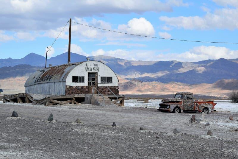 Edificio abandonado del lavadero en desierto foto de archivo libre de regalías
