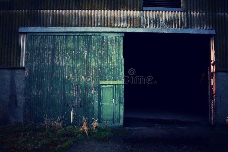 Edificio abandonado - detalle de la puerta imagenes de archivo