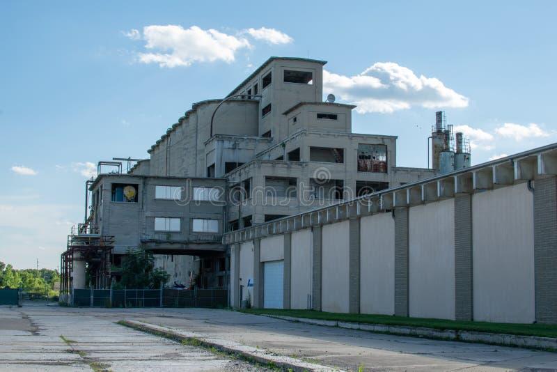 Edificio abandonado en la distancia fotos de archivo libres de regalías
